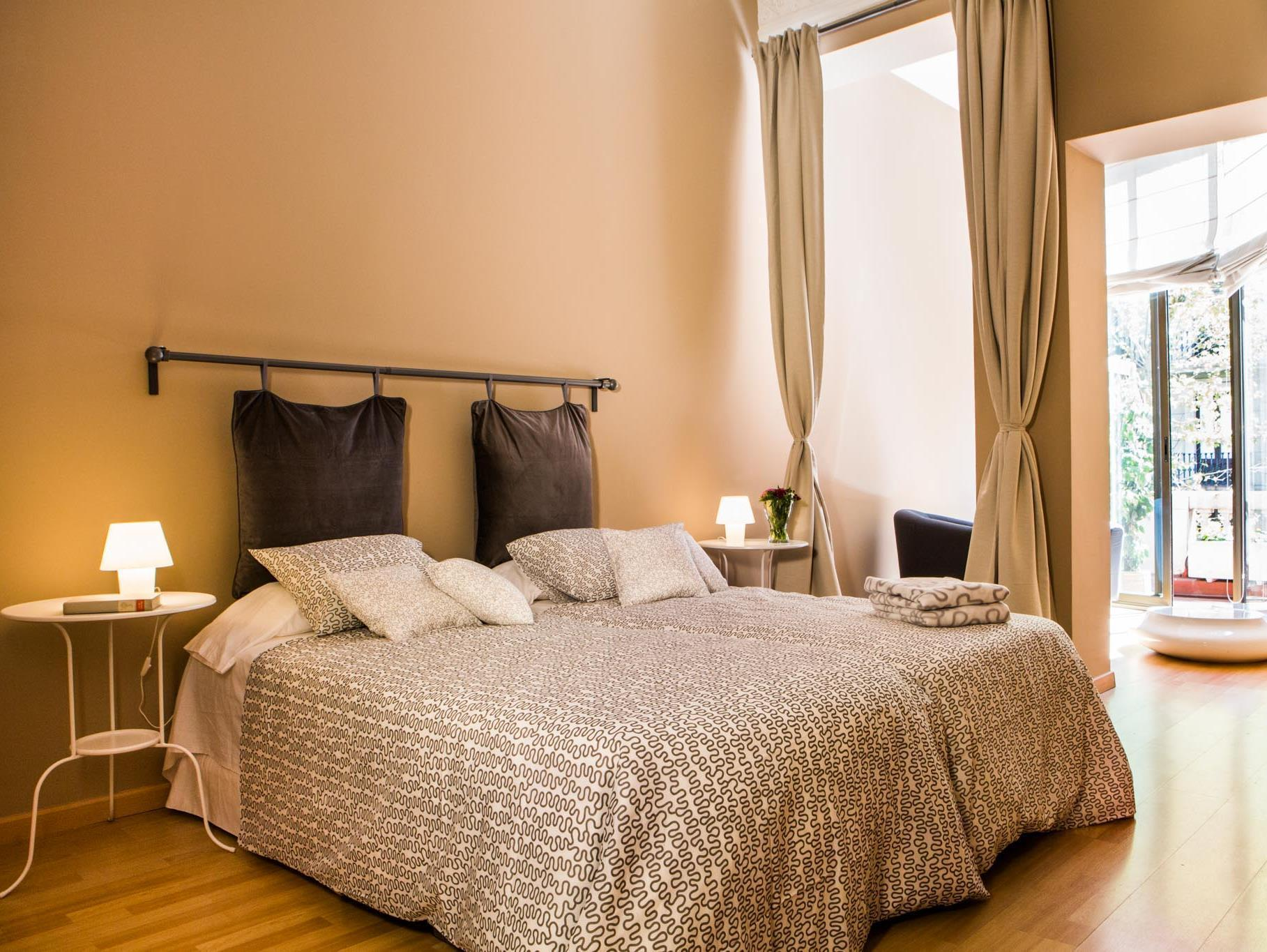 Habitació Doble amb Llit Supletori i Bany Privat (Double Room with Extra Bed and private bathroom)