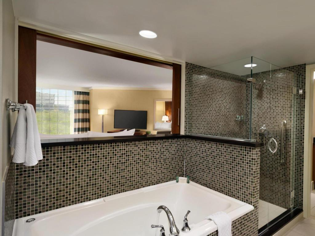 1 King 1 Bedroom Presidential Suite - Bathroom Hilton Stamford & Executive Meeting Center Hotel