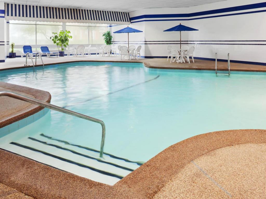 Piscina Four Points by Sheraton Chicago OHare Airport