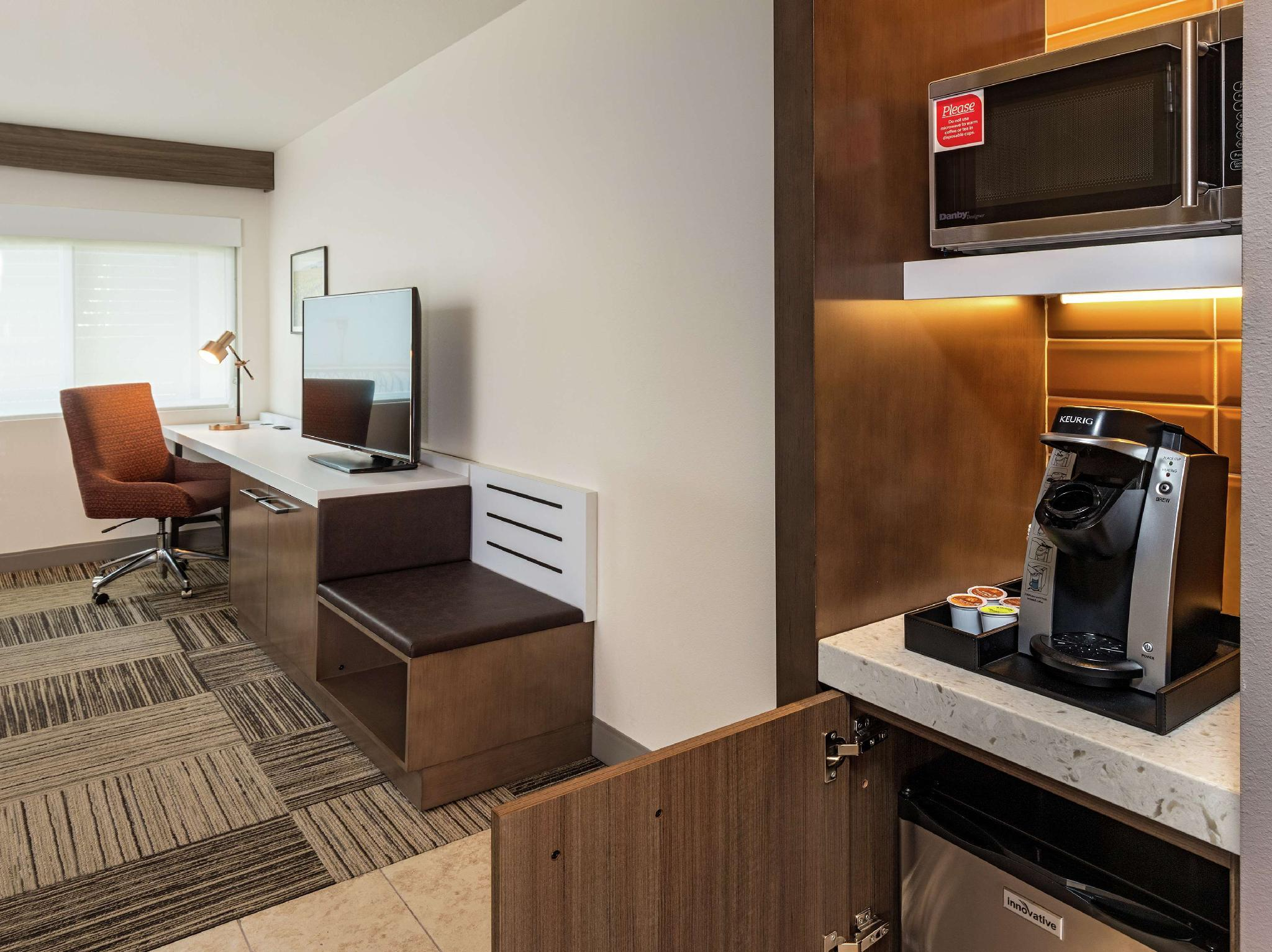 2 Queen Premium W/In-Room Drinks-Snacks