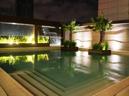 Kolam renang The Redbloom Suites Bonifacio Global City-BGC