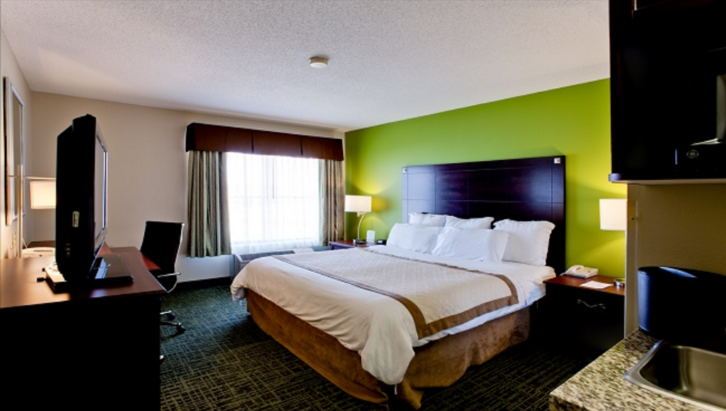 1 Queen Accessible Room Non-Smoking Country Inn  Suites by Radisson Cedar Rapids North IA