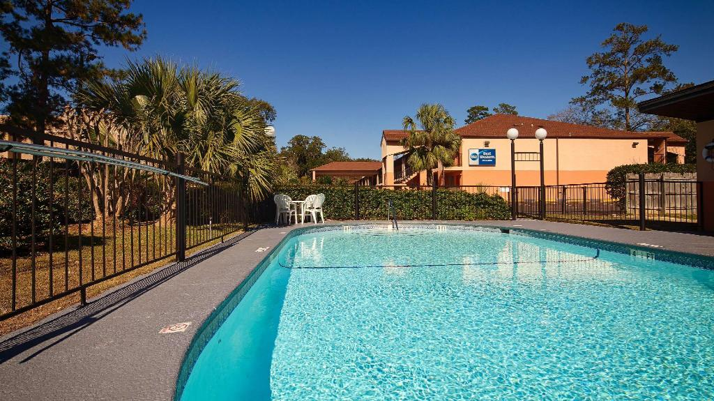 Swimming pool [outdoor] Best Western Tallahassee-Downtown Inn and Suites