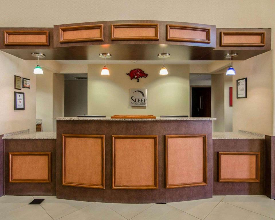 Lobi Sleep Inn & Suites