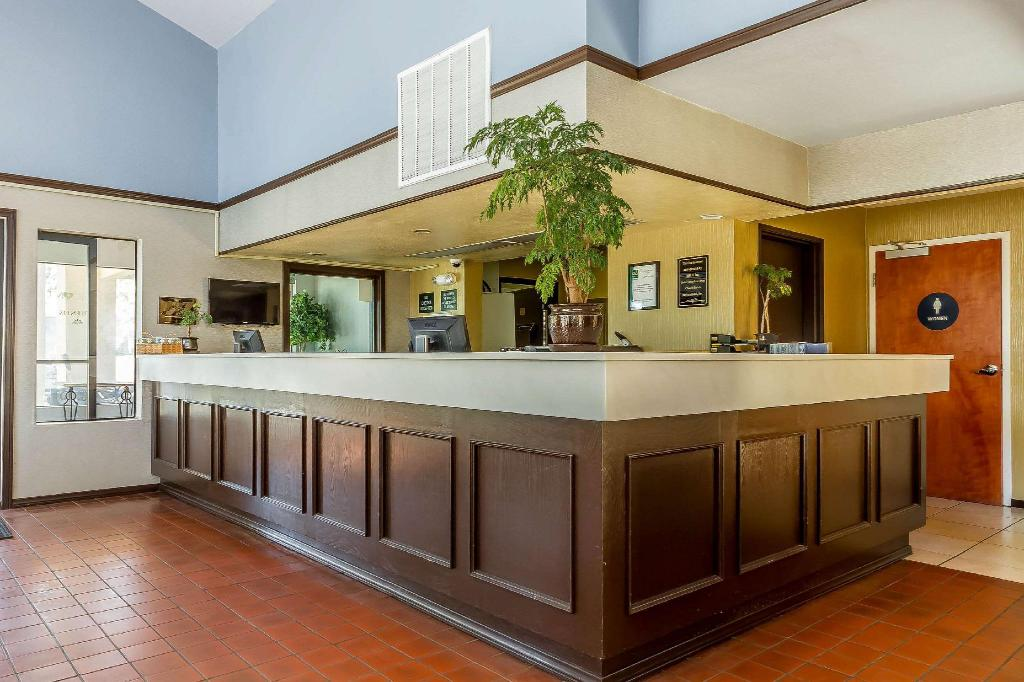 Lobby Quality Inn & Suites (Quality Inn and Suites Vacaville)