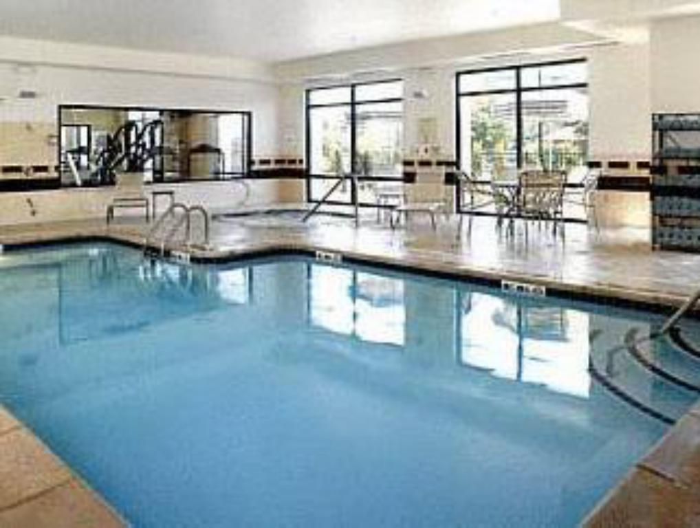 Swimming pool SpringHill Suites Detroit Southfield