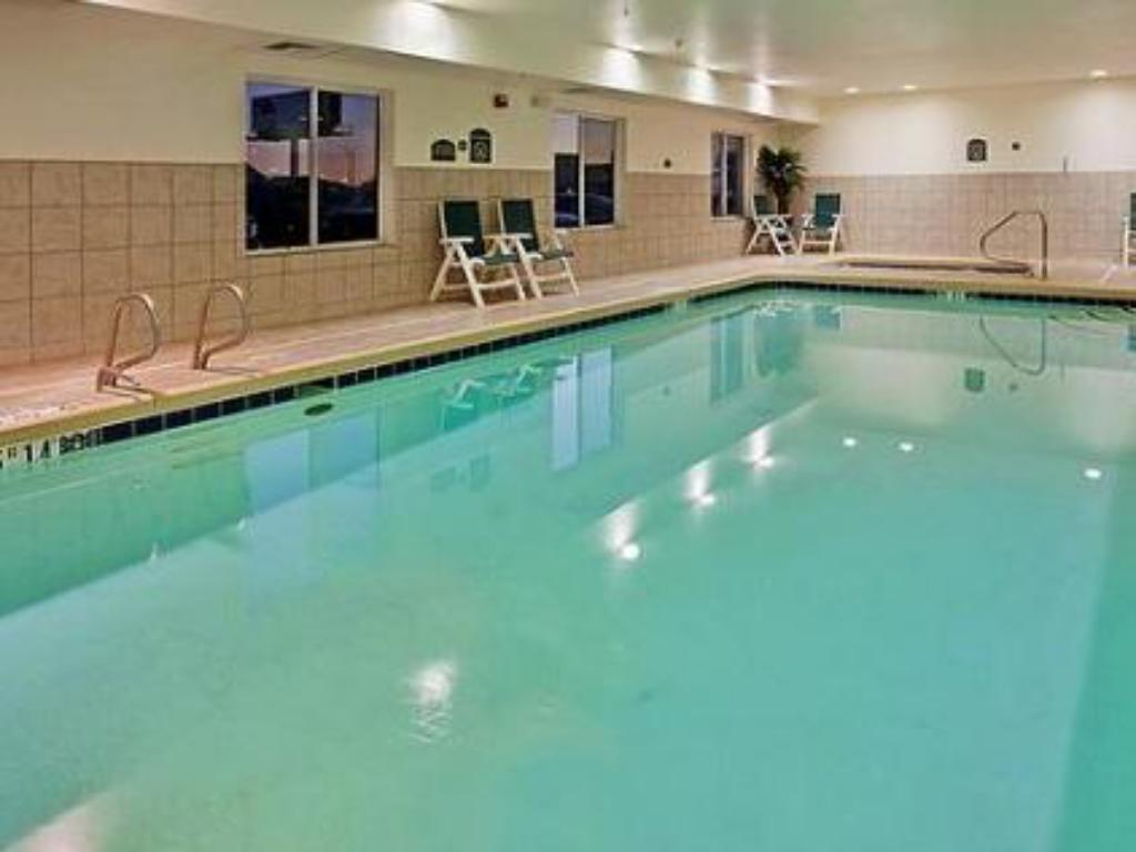 Swimming pool Holiday Inn Express Hotel & Suites Wichita Airport