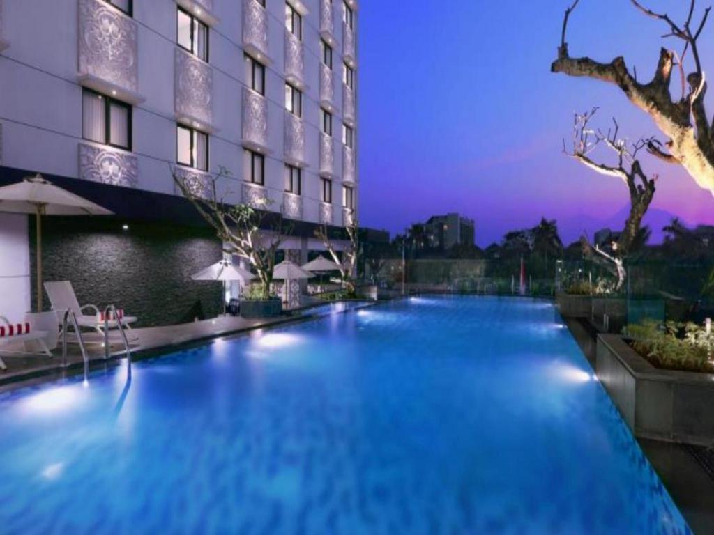 Hotel neo malioboro in yogyakarta room deals photos reviews for Jogja plaza hotel swimming pool