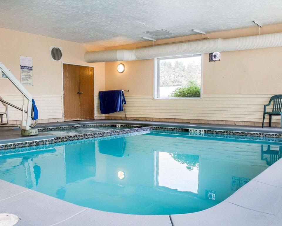 Piscina Econo Lodge (Econo Lodge Traverse City)