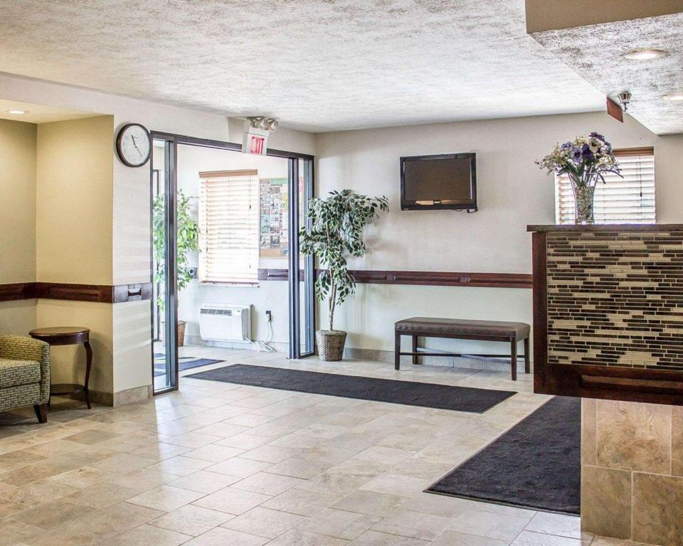 Lobi Quality Inn By the Bay Traverse City