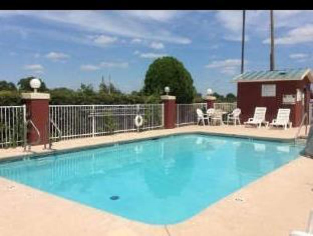 Piscina Days Inn & Suites by Wyndham Tulsa Airport