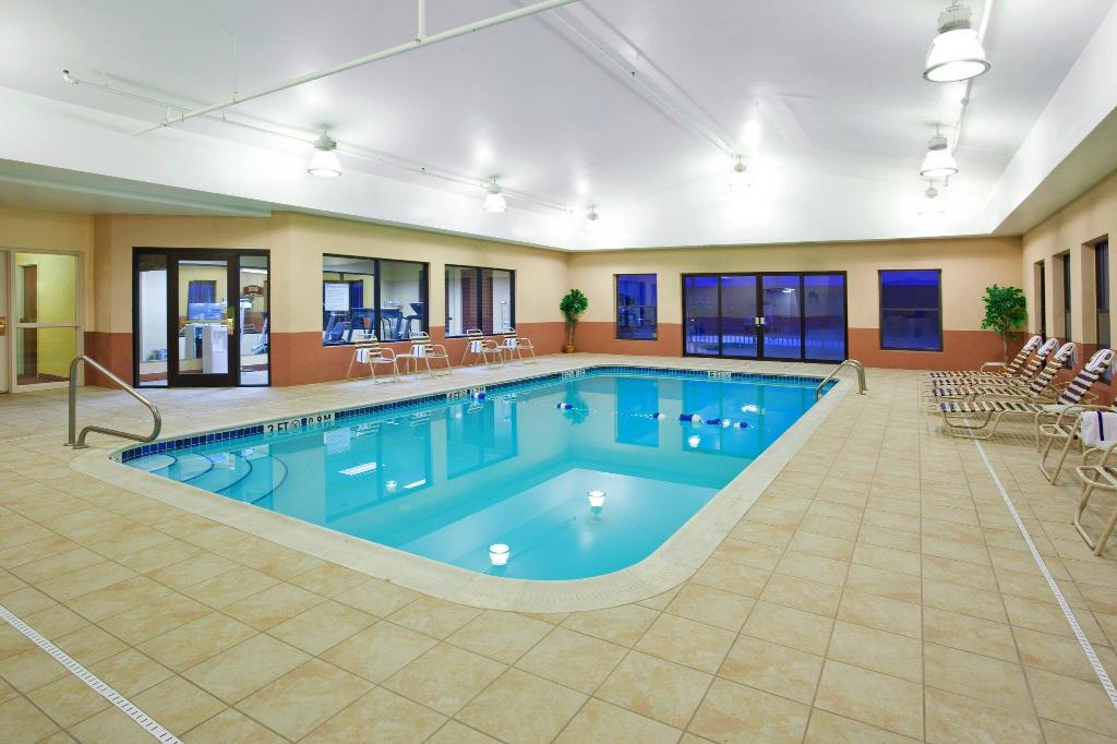 Piscina Holiday Inn Express Hotel & Suites Cleveland-Streetsboro