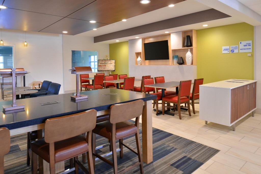 Lobi Holiday Inn Express Hotel and Suites Stevens Point