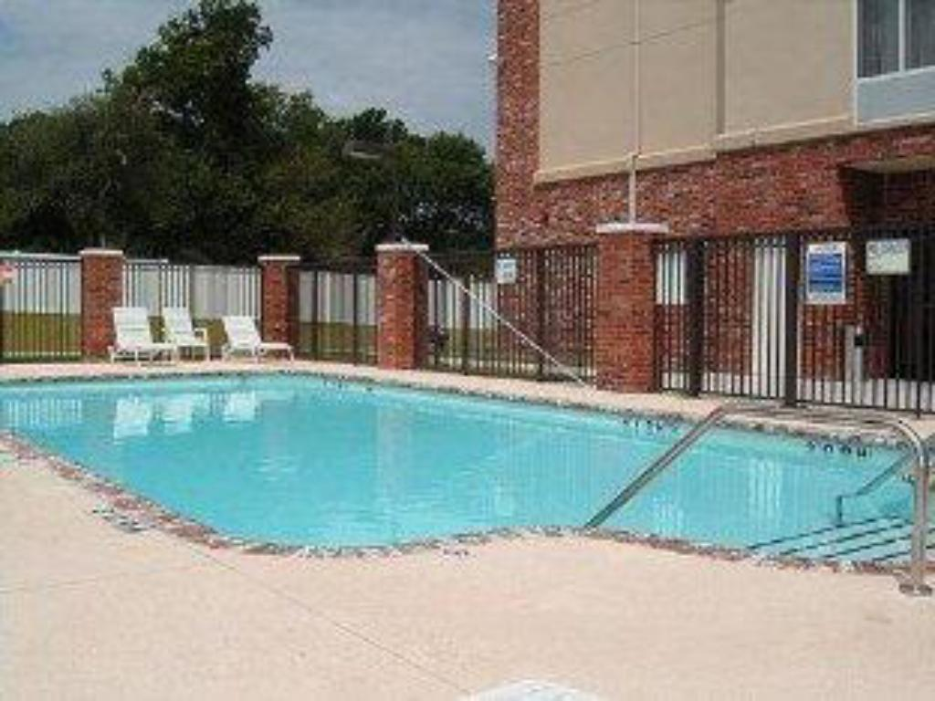 Kolam renang Holiday Inn Express Hotel & Suites Tulsa-Catoosa East I-44
