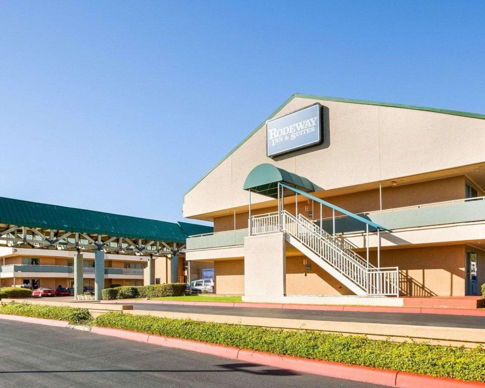 Rodeway Inn And Suites Fiesta Park In San Antonio Tx