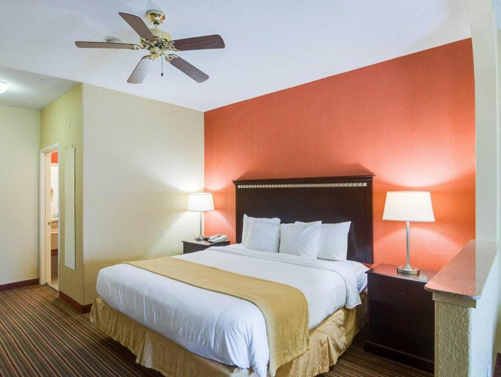 Lazer - Cama Quality Suites North (Quality Suites North Houston)