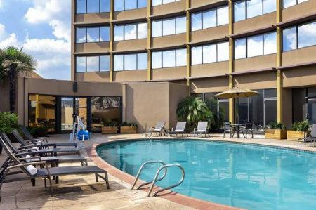 Swimming pool Four Points by Sheraton Houston Greenway Plaza