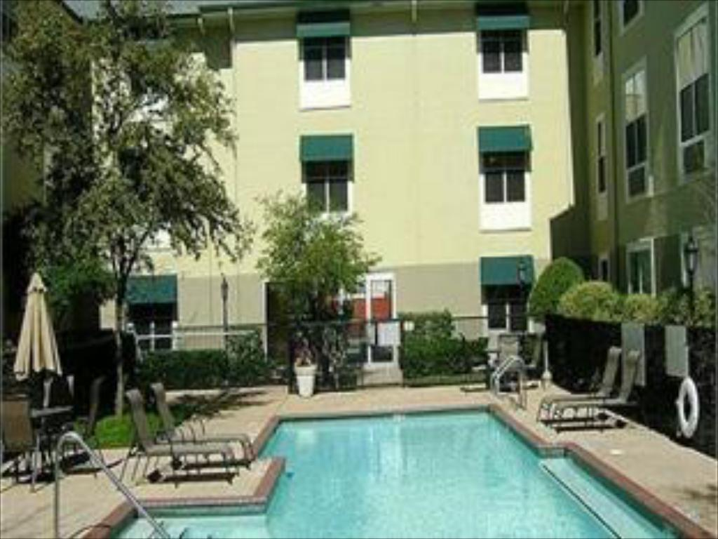 Piscina Candlewood Suites Dallas -By The Galleria
