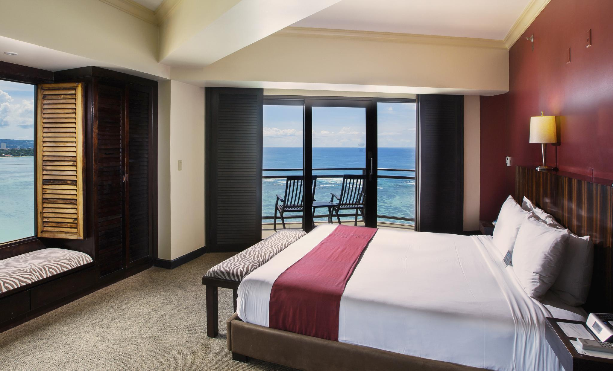 1-Bedroom Oceanfront Suite with King Bed