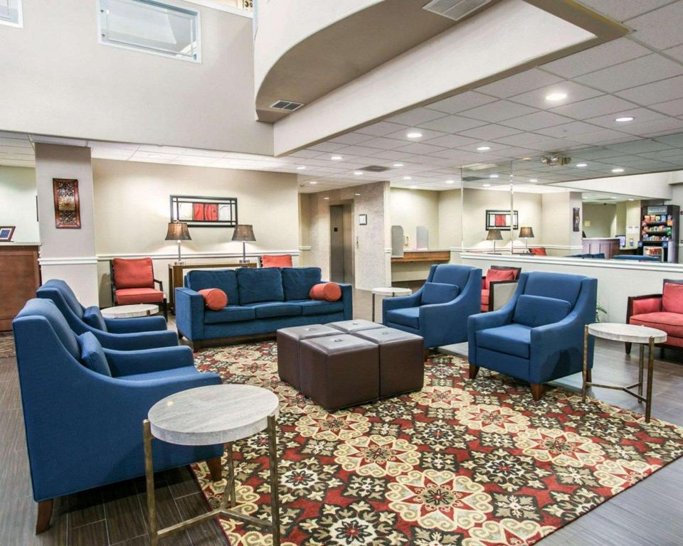 Lobby Comfort Suites Willowbrook