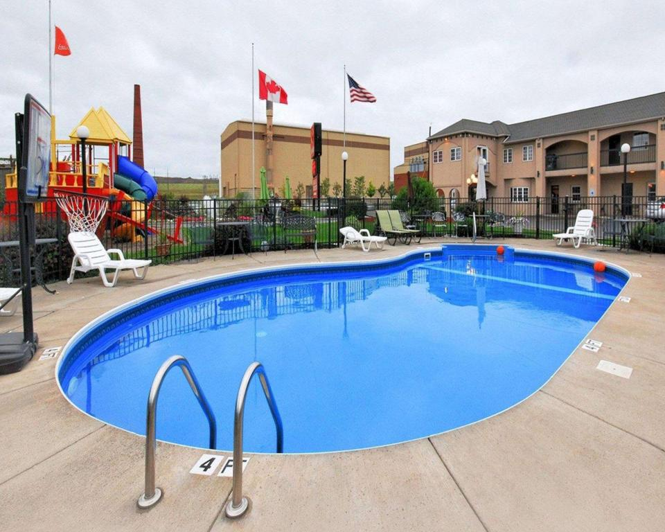 Econo lodge at the falls north in niagara falls ny - Swimming pools in great falls montana ...
