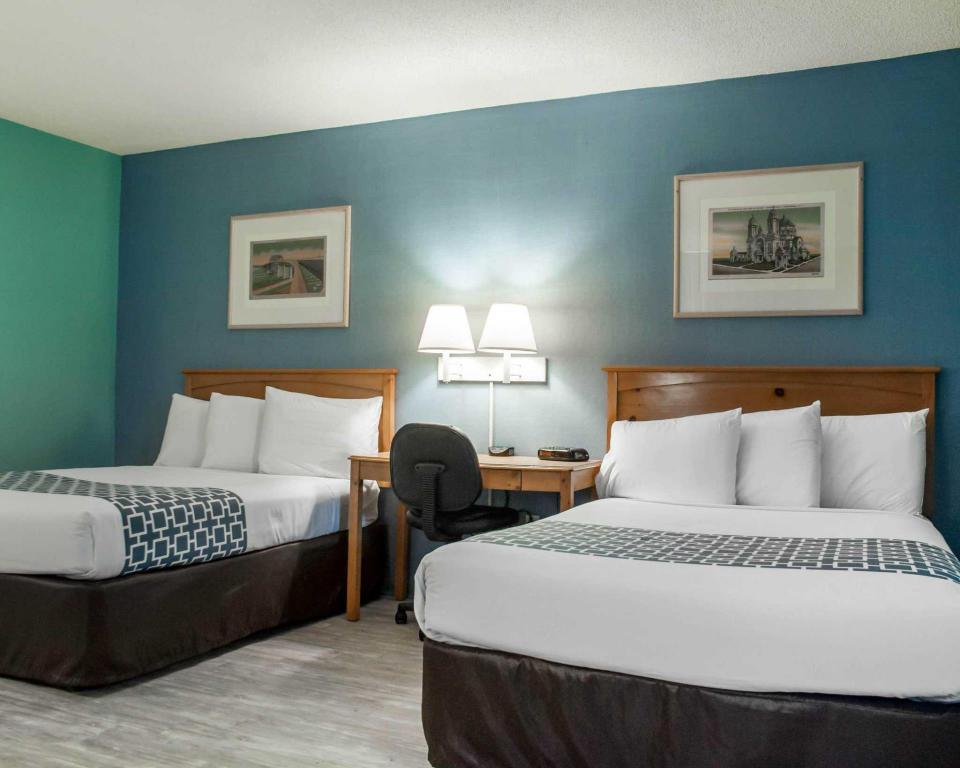 Double with 2 Double Beds - Non-Smoking Econo Lodge Buffalo South