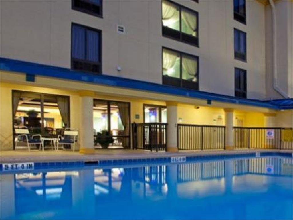 Kolam renang Holiday Inn Express Hotel & Suites Jacksonville-South