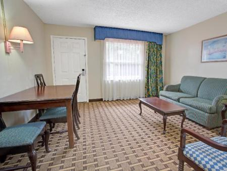 Интерьер Howard Johnson by Wyndham Lake Front Park Kissimmee