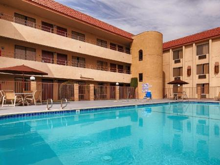 Swimming pool [outdoor] Best Western Norwalk Inn