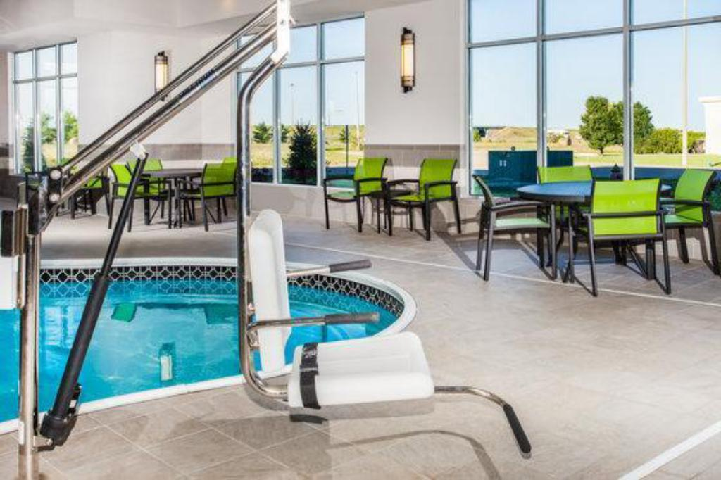 Swimming pool Holiday Inn Express & Suites Litchfield