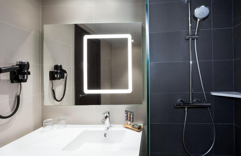 Standard Double or Twin - Bathroom Novotel Madrid Center