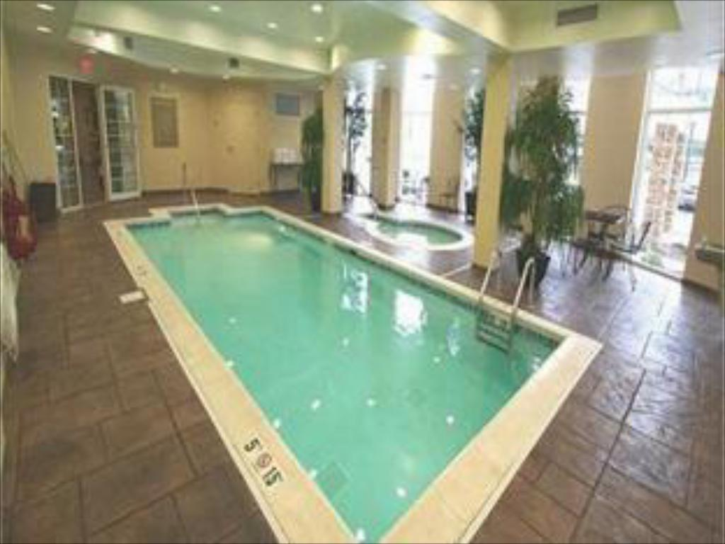 Swimming pool Candlewood Suites Indianapolis Airport