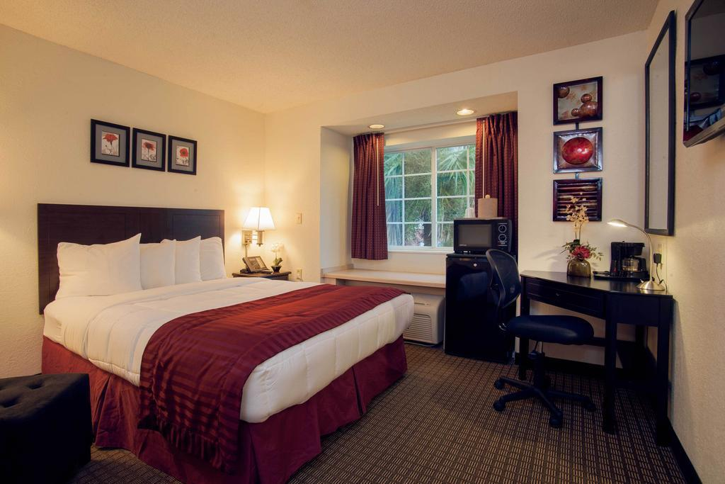 Queen Room Jacksonville Plaza Hotel and Suites