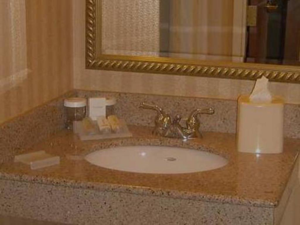 king room bathroom hilton garden inn anchorage hotel - Hilton Garden Inn Anchorage