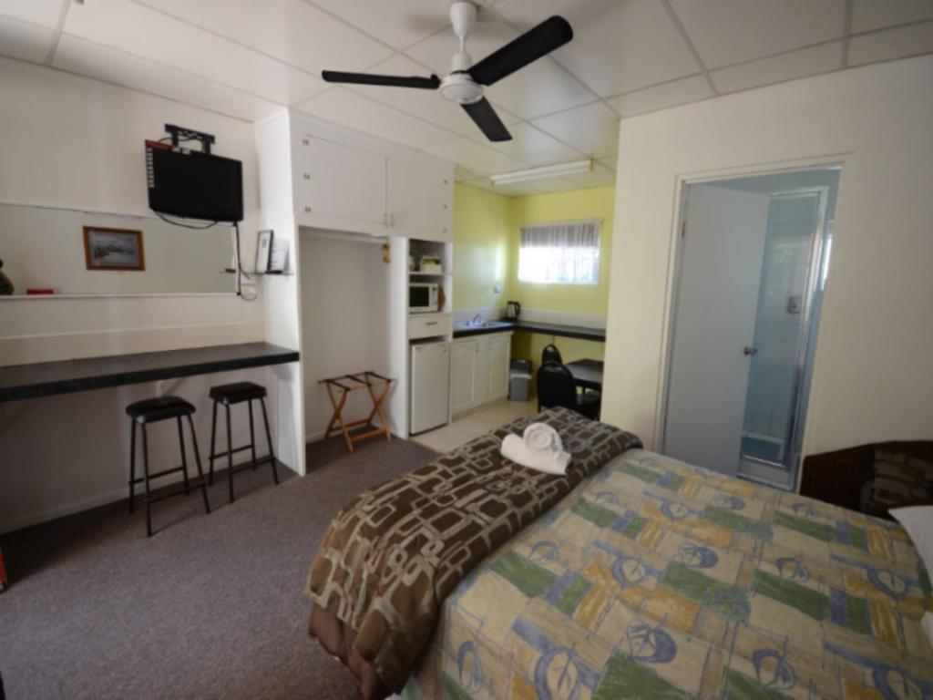 Superior Queen Single - Guestroom Affordable Gold City Motel