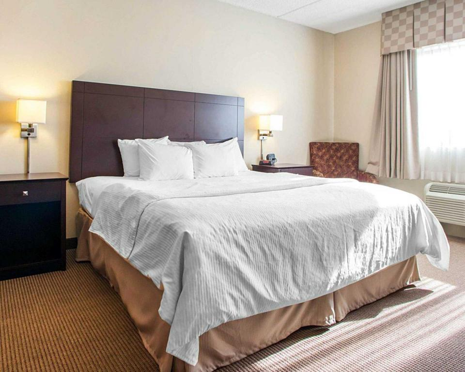 Queen Room - Non-Smoking - Bed Four Points by Sheraton Milwaukee Airport