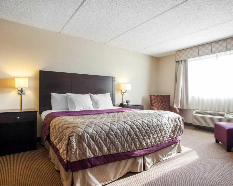 Guestroom - Bed Four Points by Sheraton Milwaukee Airport
