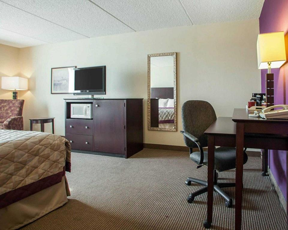 Guestroom - Guestroom Four Points by Sheraton Milwaukee Airport