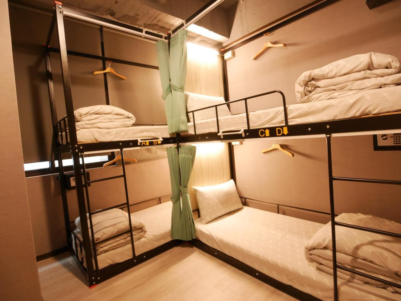 4 床男性宿舍房的 1 張單人床 (Single Bed in 4-Bed Male Dormitory Room)