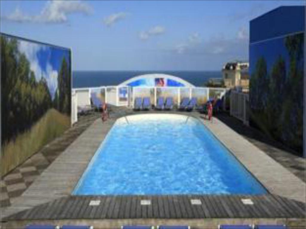 Swimming pool Radisson Blu Hotel Biarritz