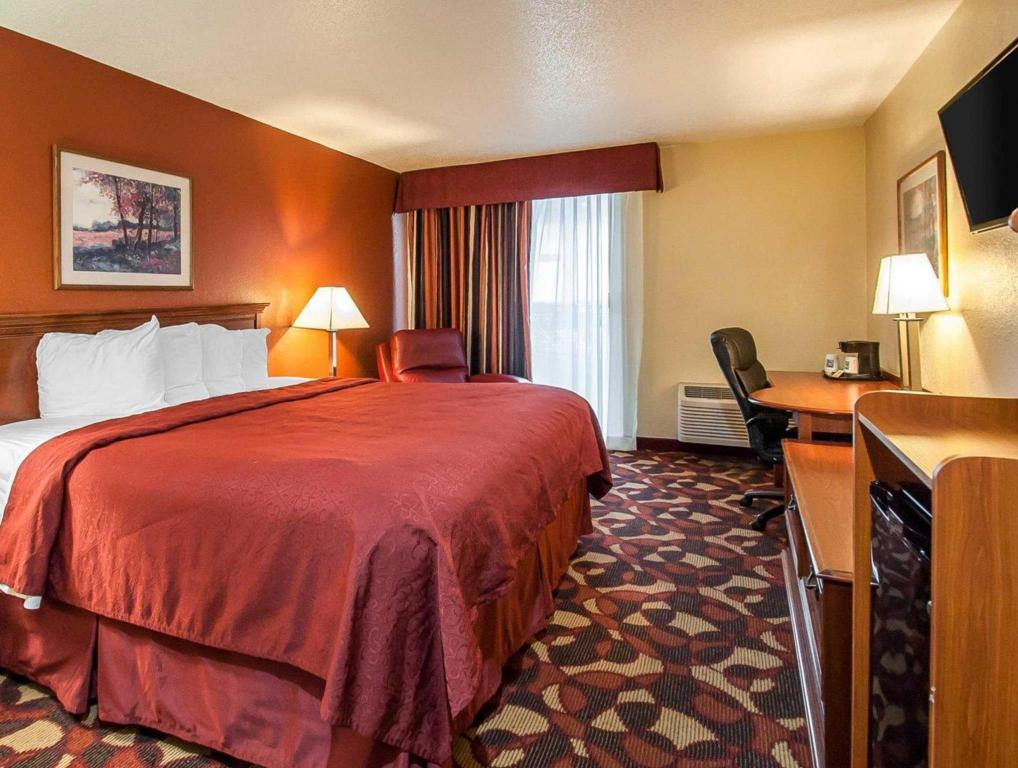 1 King Bed, Smoking Room - Quarto de hóspedes Quality Inn and Suites Kansas City I-435N Near Sports Complex
