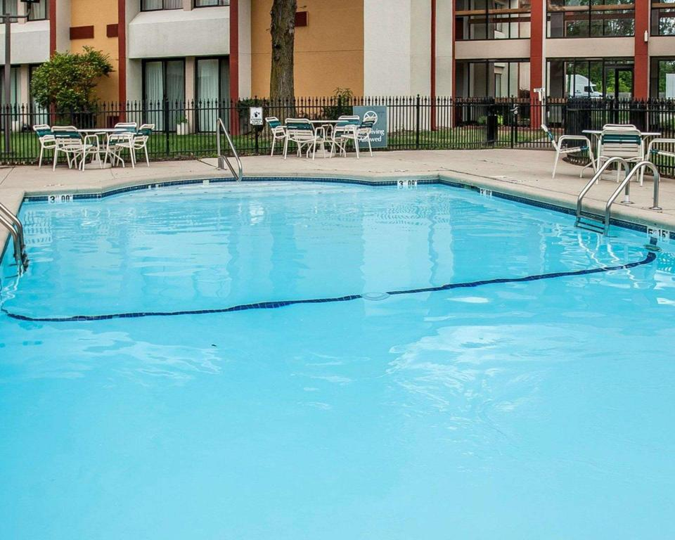 Piscina externa Quality Inn and Suites Kansas City I-435N Near Sports Complex