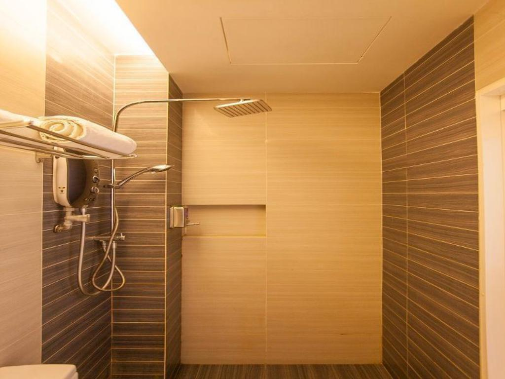 Deluxe Twin with Window - Bathroom
