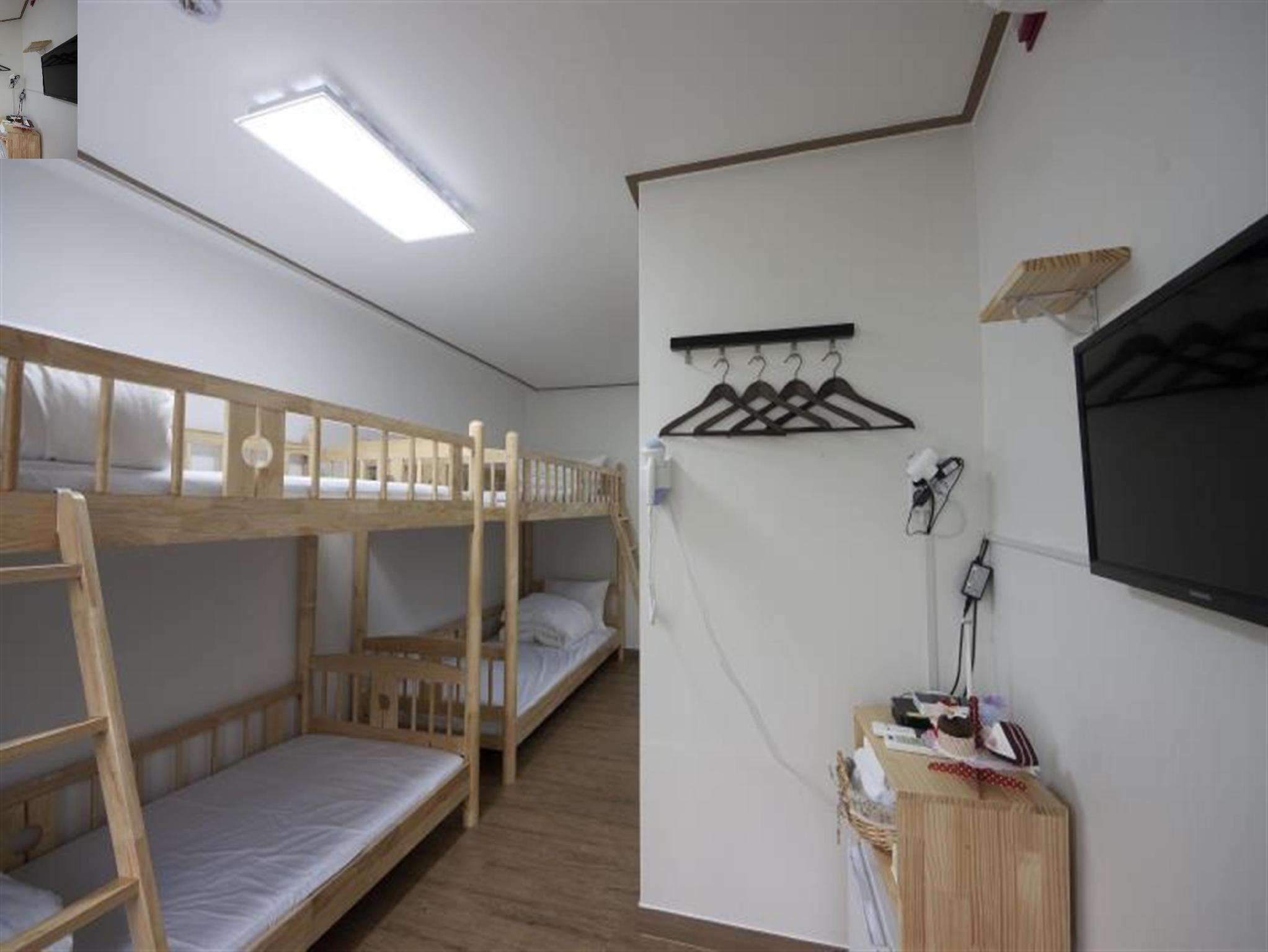 4床女性宿舍中的1张床位 (1 Bed in 4 Bed Female Dormitory Room)