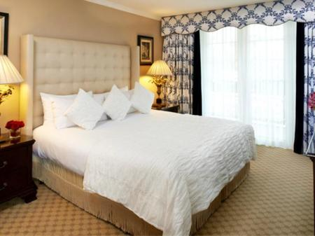 One-Bedroom King Suite - Bed Beverly Hills Plaza Hotel and Spa