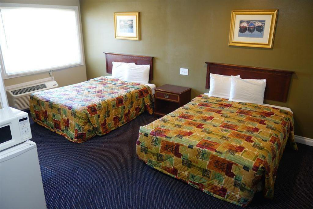 Deluxe Queen Room with Two Queen Beds - Bed Little Boy Blue Motel