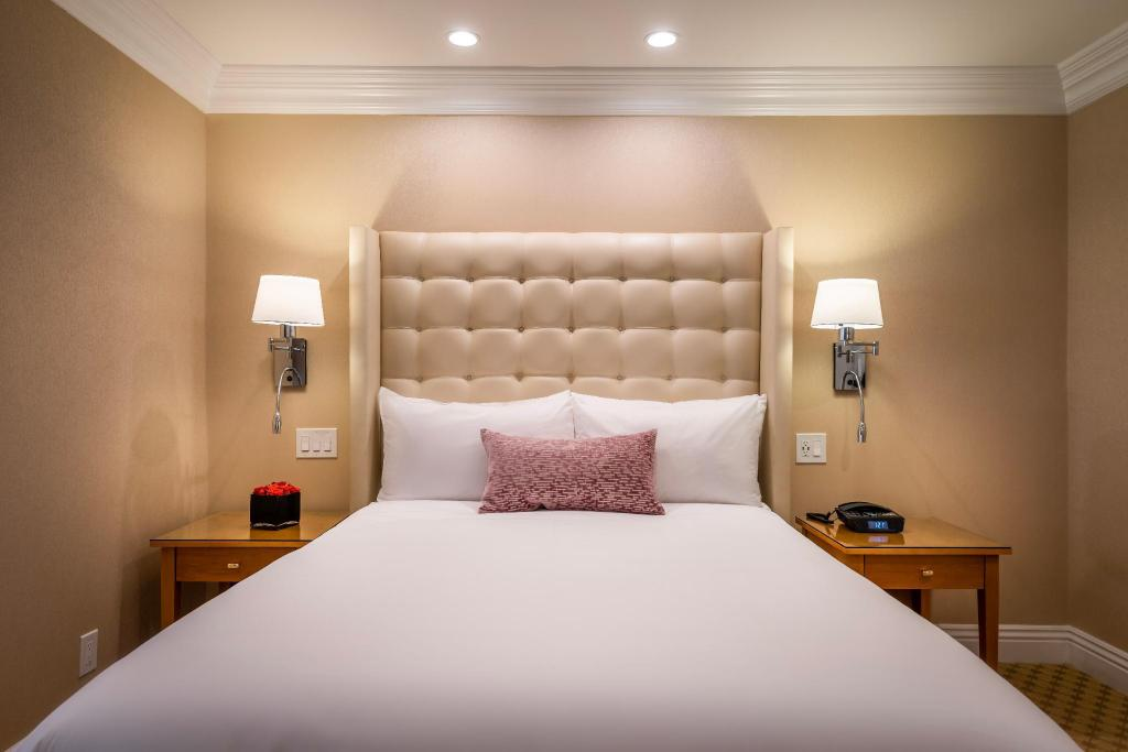 Junior Suite with Queen Bed - Accessible by Stairs Only - Bed Beverly Hills Plaza Hotel and Spa