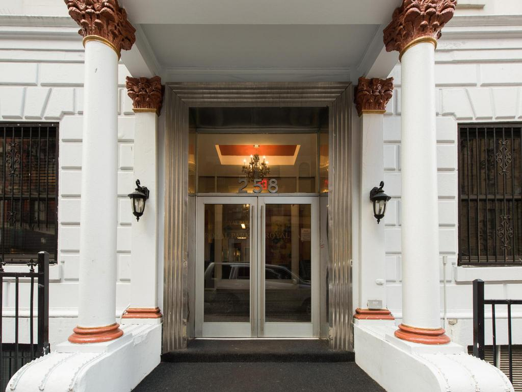Entrance Royal Park Hotel and Hostel