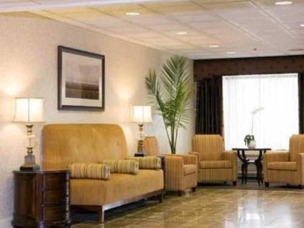 Lobby Radisson Hotel and Suites Chelmsford Lowell