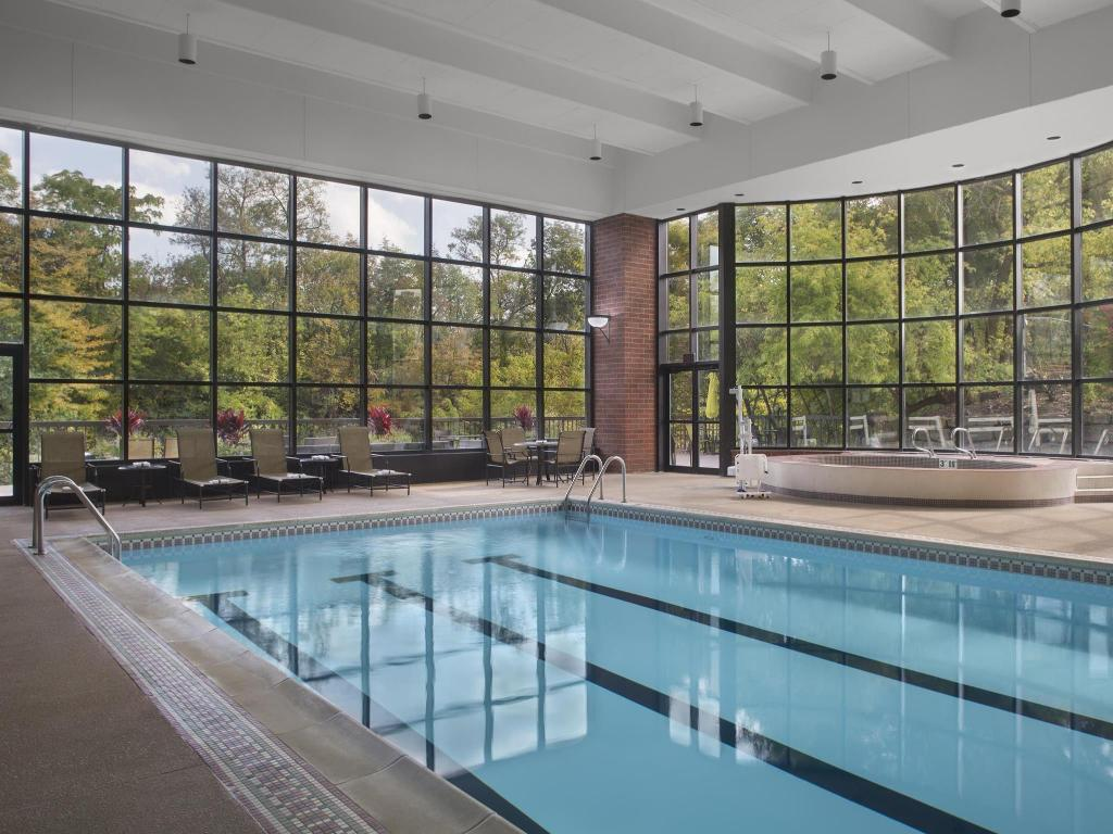 Swimming pool Sheraton Suites Akron Cuyahoga Falls